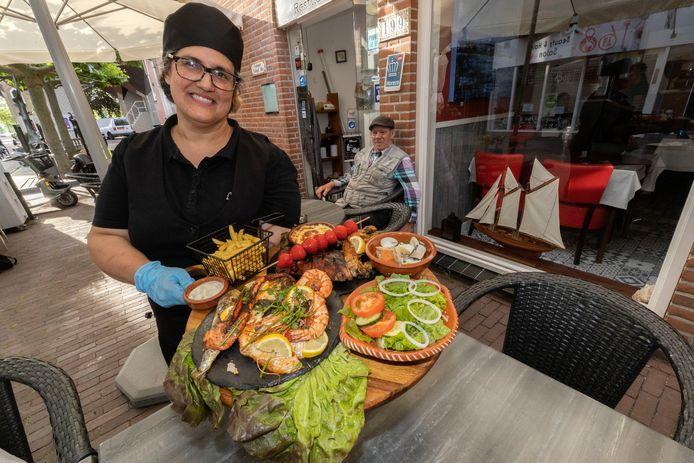 Antonia Botas toont allerlei vers bereide Portugese gerechten.