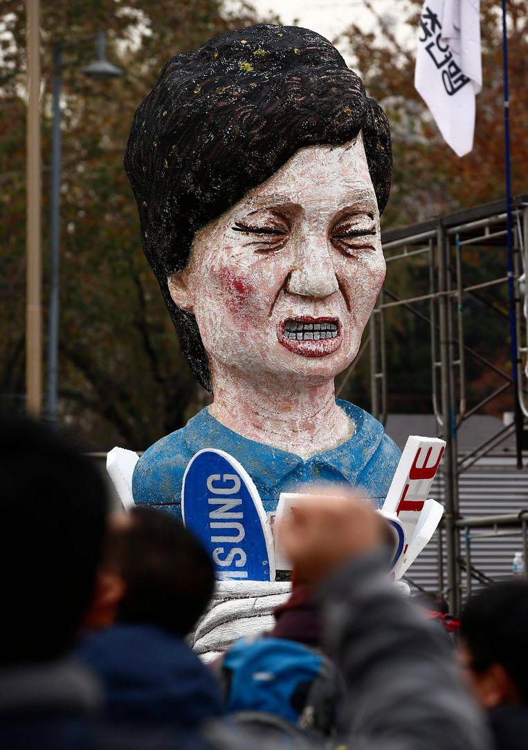 Demonstranten hebben een pop gemaakt van de buste van Park. Beeld epa