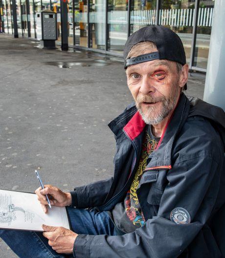 Dakloze tekenaar Erik bont en blauw geslagen in Nijmeegs park: 'Het ging ze om 50 euro'