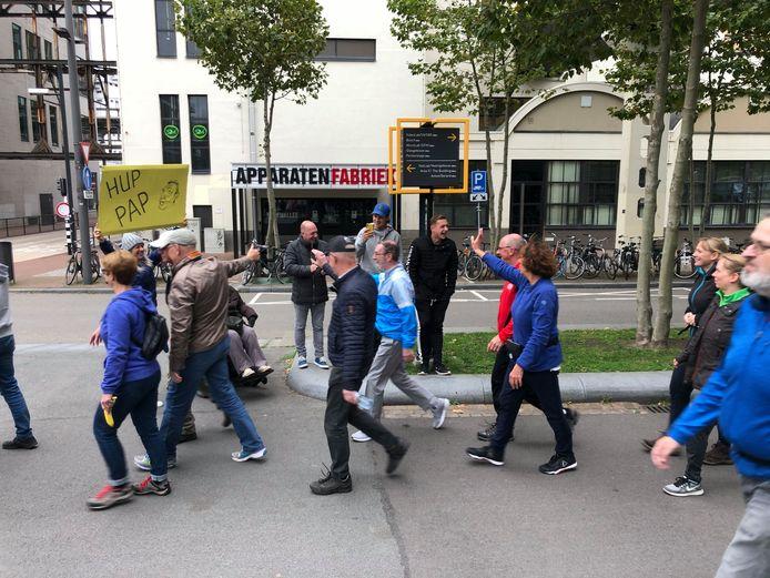 De familie Bertens ziet vader Peter in de groep (in het midden, in het lichtblauwe tenu), bij de start van de wandelaars voor de 12,5 kilometertocht bij de Marathon Eindhoven.