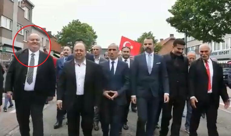 Engin Ozdemir (links in beeld, omcirkeld) bij de optocht in Heusden-Zolder Beeld Heusden Zolder Ülkü Ocağı Facebook