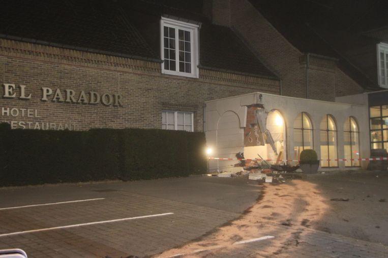 Een Volkswagen Transporter knalde in Tielt in de gevel van hotel-restaurant El Parador.