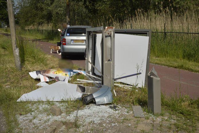 Automobiliste rijdt reclamezuil aan stukken in Etten-Leur.