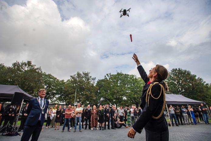 Met een drone werd de sleutel van de nieuwe brandweerkazerne afgeleverd bij commandant Brandweer Marie-Louise van Schaijk.