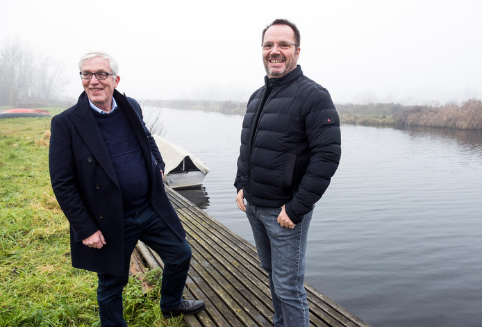 Anco Goldhoorn (links) en René Bultena willen het water en de legakkers op de achtergrond volleggen met 28000 zonnepanelen.