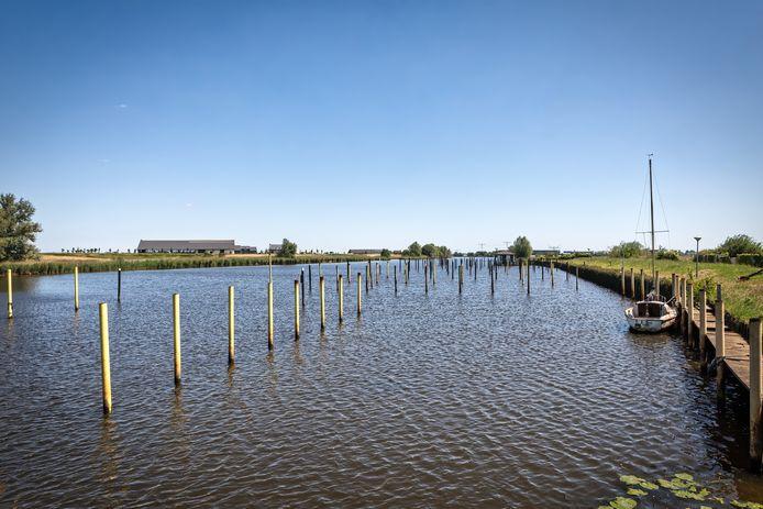 Raamsdonk - De rotte steigers van Hermenzeil zijn weggehaald. In hoogtijdagen lagen er 200 boten aan te dobberen.
