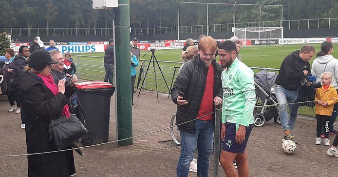 Maxi Romero met een supporter op de foto na de training.
