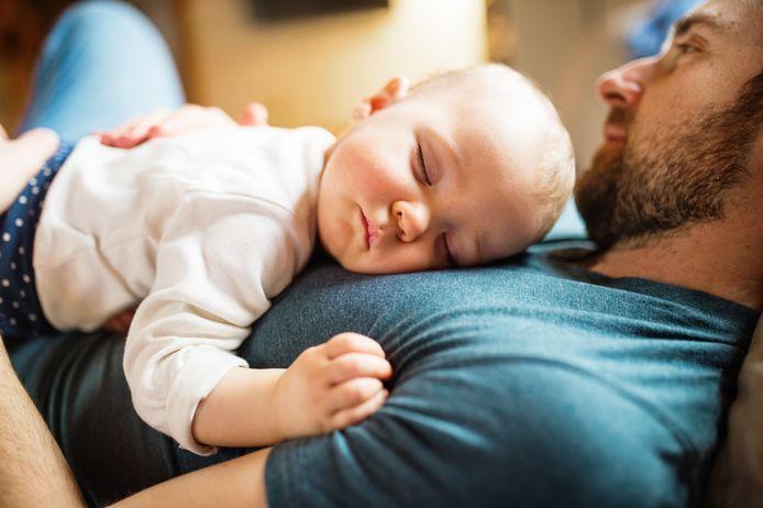 Vader met een baby meisje thuis slapen.