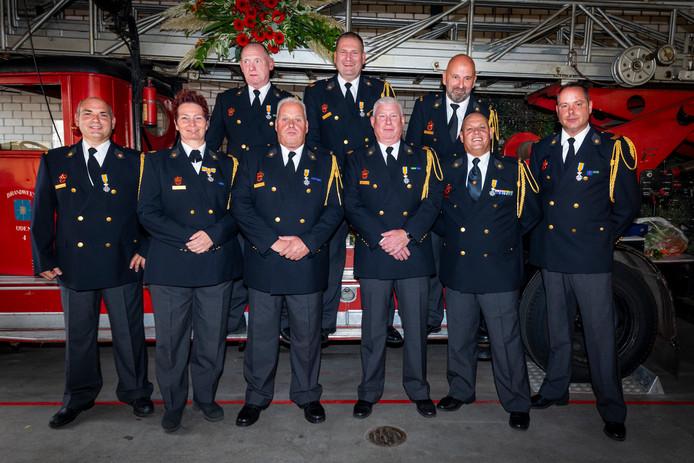 De gedecoreerde brandweervrijwilligers in Uden.