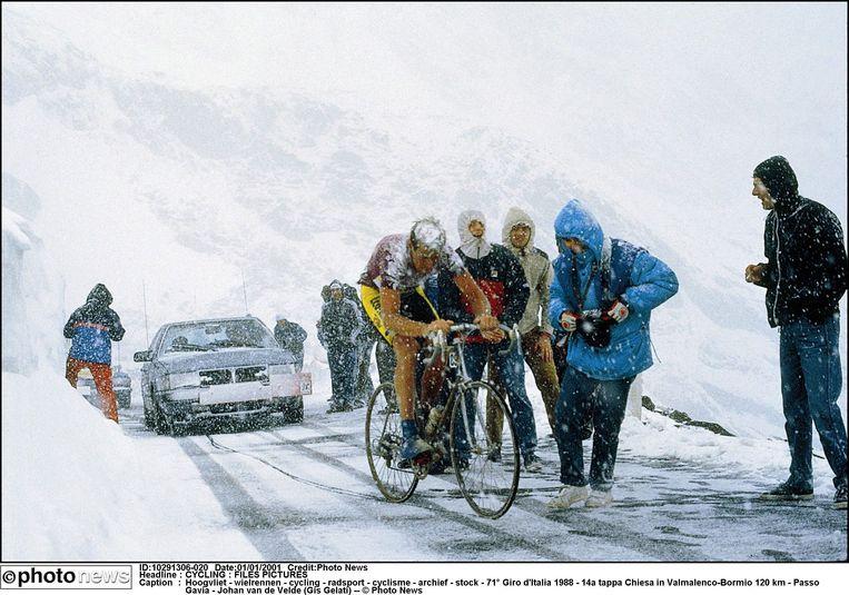 Johan van der Velde lijkt in de Giro van 1988 op de Gavia op weg naar etappewinst, maar in de afdaling verliest hij de strijd tegen de kou. Beeld PHOTONEWS