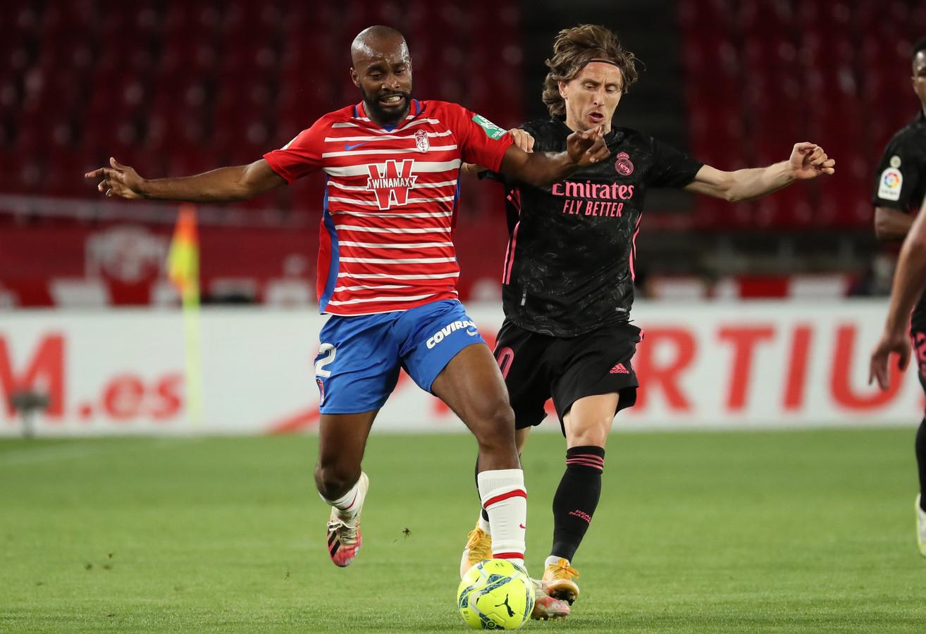 Luka Modric in duel met Granada-verdediger Dimitri Foulquier.