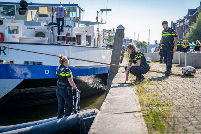 Een persoon is maandagavond te water geraakt in Vlaardingen.