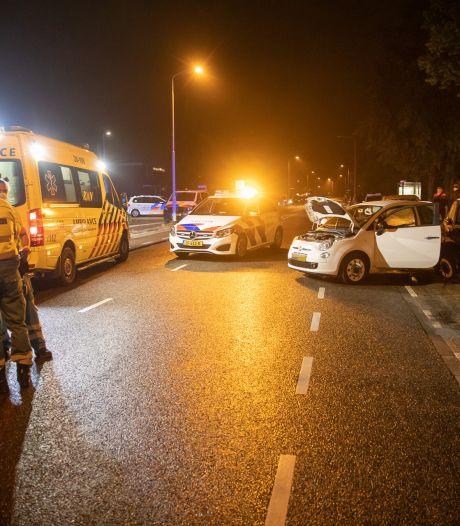 Auto botst op geparkeerde auto in Roosendaal, politie vindt lachgas in voertuig