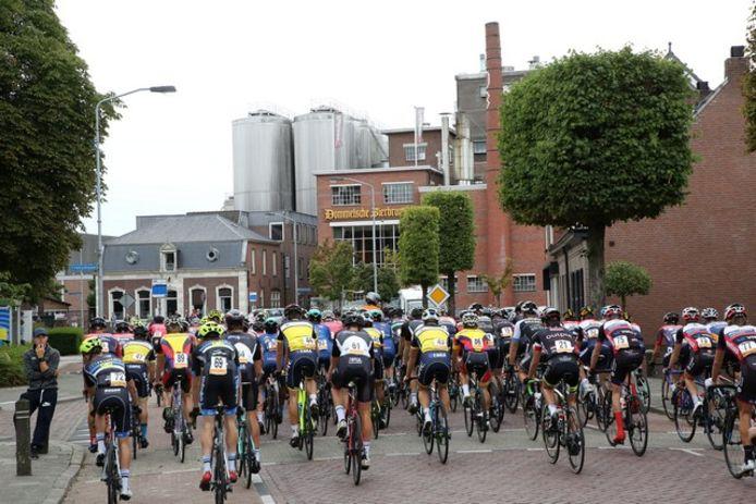 Omloop van Valkenswaard 2018, coureurs passeren de brouwerij van Dommelsch in Dommelen.