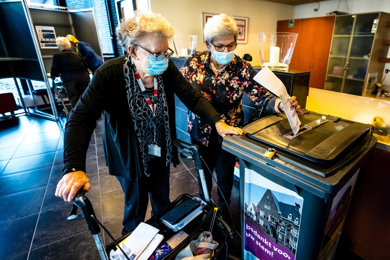 Bewoners van een verpleeghuis in Boxtel brachten tijdens herindelingsverkiezingen in november hun stem uit in een mobiel stembureau.