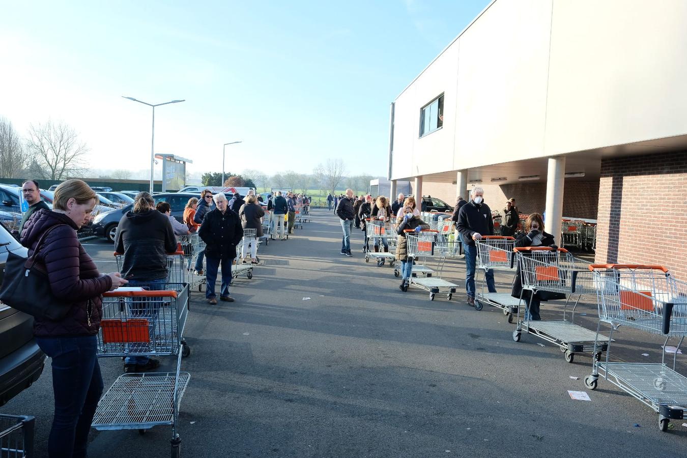 Mercredi matin, une longue file de clients devant le Colruyt de Nossegem