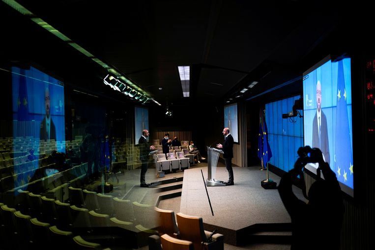 Charles Michel, voorzitter van de Europese Raad, spreekt tijdens een online gezamenlijke persconferentie met directeur-generaal van de Wereldgezondheidsorganisatie (WHO) Tedros Adhanom Ghebreyesus op het hoofdkantoor van de Europese Raad in Brussel, België. Beeld REUTERS