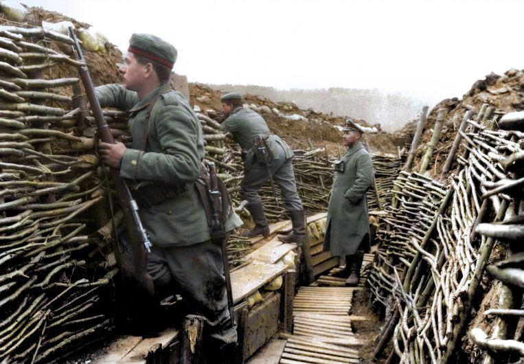 Duitse soldaten op de uitkijk in een loopgraaf. Beeld Royston Leonard / mediadrumimage