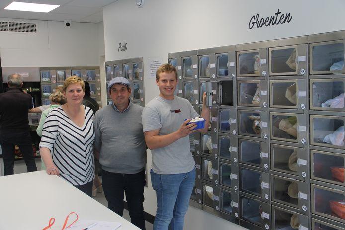 Karin en Steven met hun zoon Robbe in de automatenshop van Hoevewinkel Delmotjes in Ardooie.