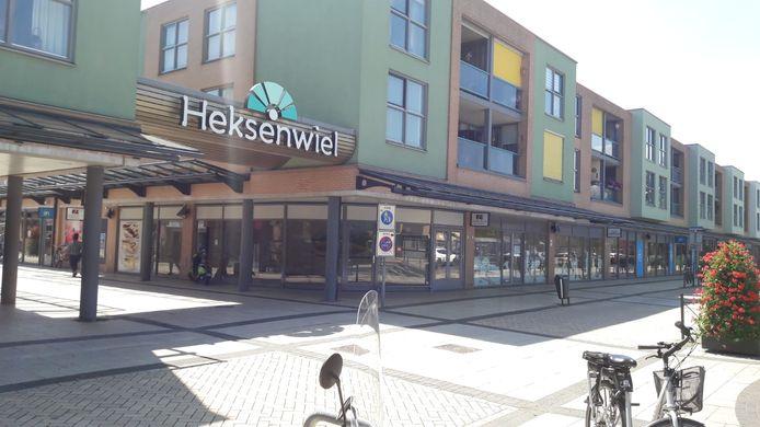 Op de hoek van winkelcentrum Heksenwiel, ingeklemd tussen de Albert Heijn, komt de nieuwe Aldi.