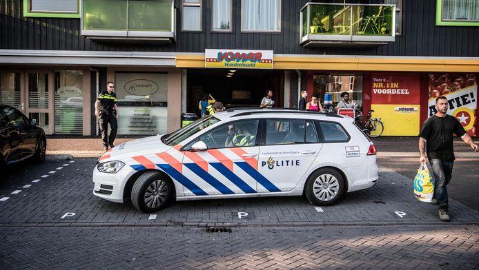 Politie voor de Vomar supermarkt in de wijk Poelenburg in Zaandam waar jongeren voor onrust zorgen door overlast en intimidatie