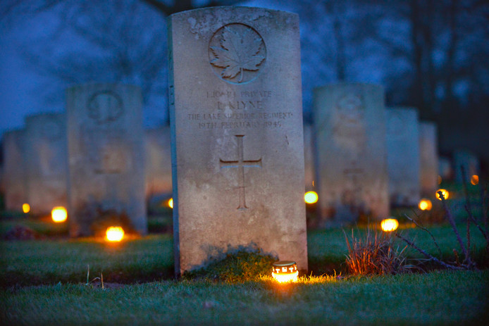 Op de Canadese begraafplaats worden 2619 kaarsen neergezet.  Archieffoto Flip Franssen