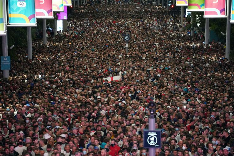Uitzinnige fans aan Wembley Stadium in Londen vergaten alle coronamaatregelen nadat Engeland het tot de finale van Euro 2021 schopte. Beeld AP