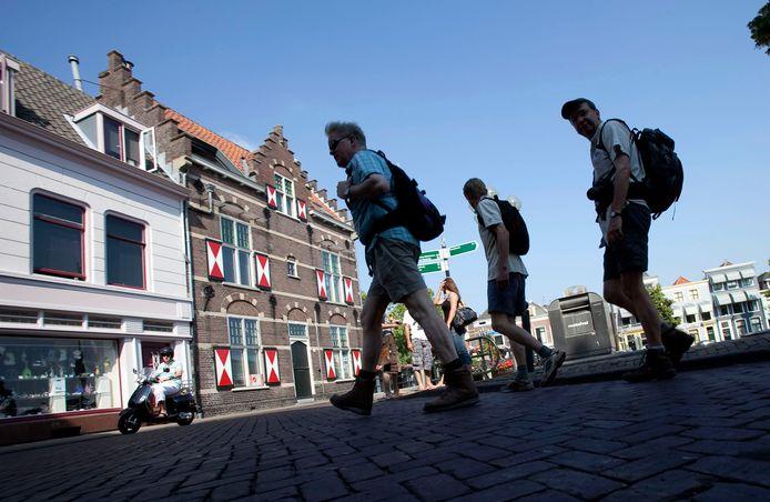 Toeristen maken een stadswandeling door Gorinchem.