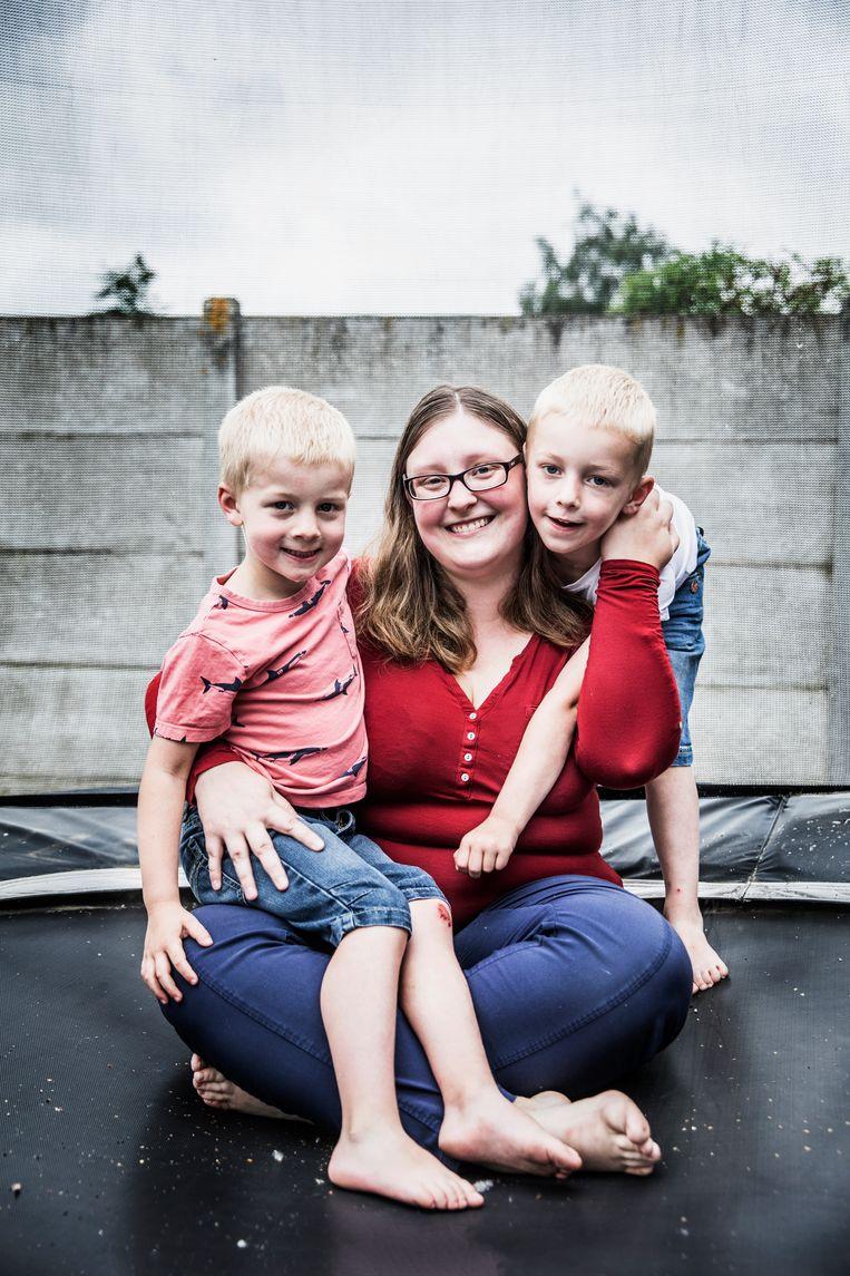 Natalie met Damien (5, links) en Alex (6, rechts). Beeld Aurélie Geurts