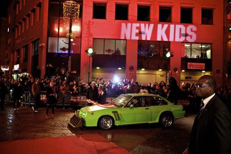 De cast van New Kids Nitro kwam gisteravond met hun auto aanrijden op de rode loper  bij de première in Eindhoven van de nieuwe film van producent Reinout  Oerlemans. © ANP Beeld