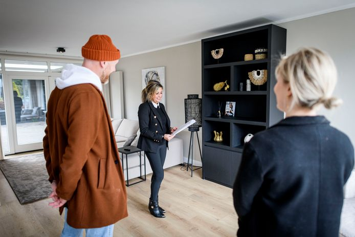 Makelaar Cynthia Grobben ontvangt Lenaart Boeser en zijn vriendin Tessa Westendorp voor een populaire woning aan de Ootmarsumsestraat in Almelo.
