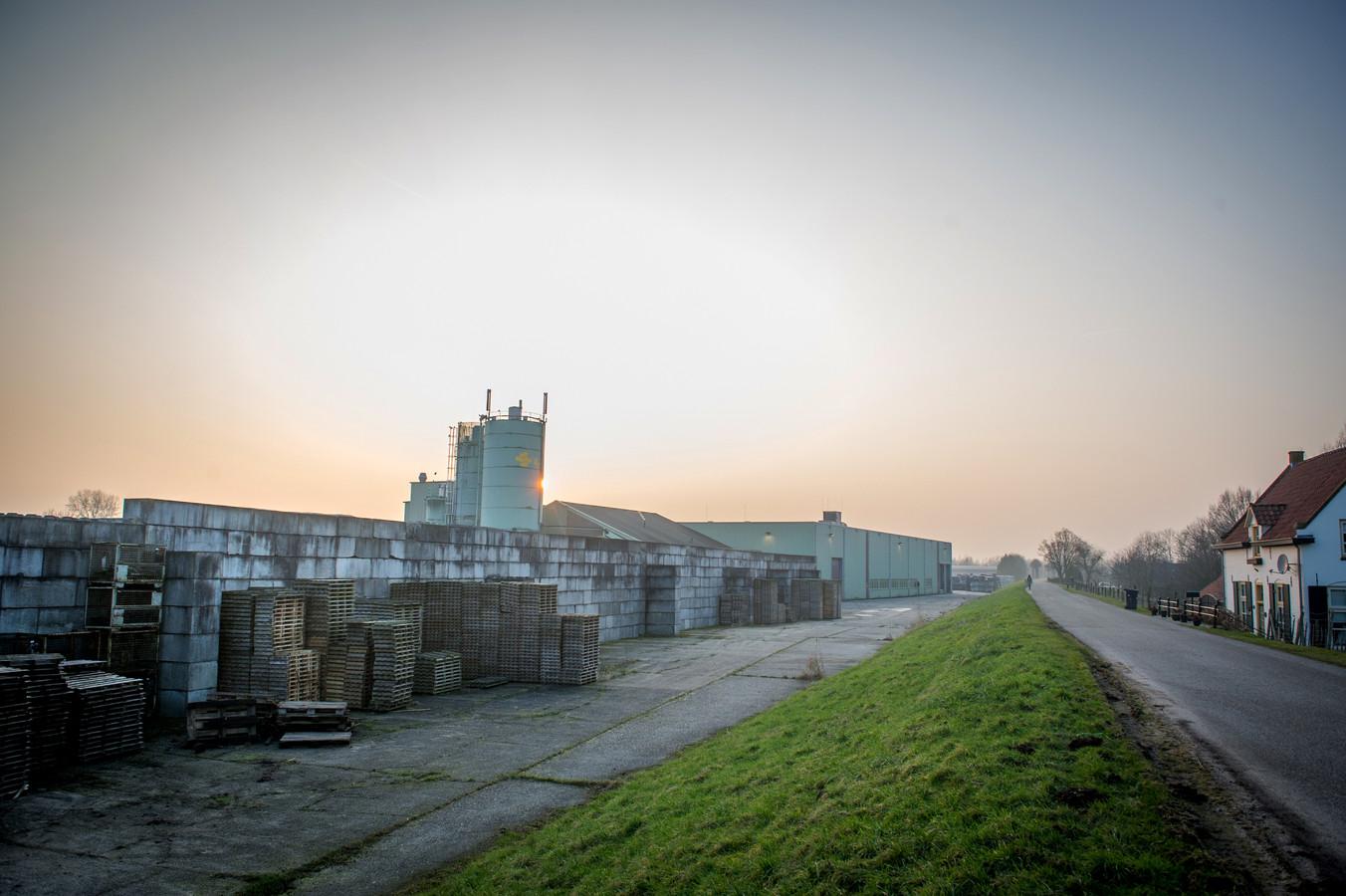 De betonfabriek in Appeltern ligt er al jaren verlaten bij. Het terrein wordt regelmatig genoemd als mogelijke woningbouwlocatie.