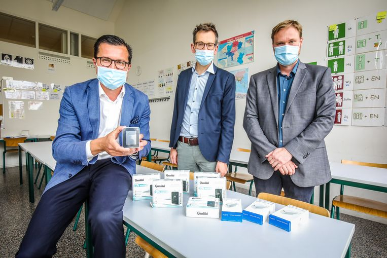 Schepen Jasper Pillen en SNT-directeur Anthony Strubbe en preventieadviseur Dimitry Herreman met enkele CO₂-meters.  Beeld Benny Proot