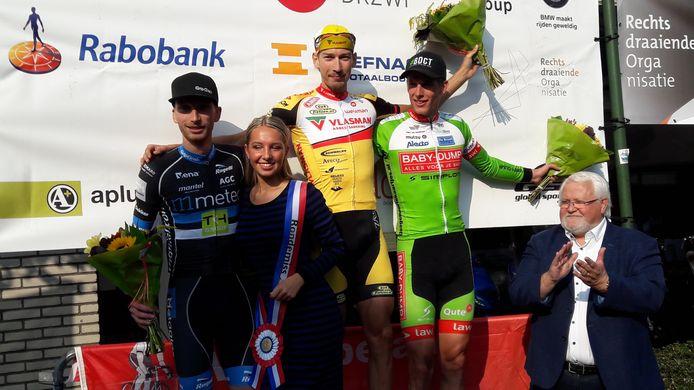 Het podium van de 48e Ronde van Midden-Brabant. Winnaar Jasper Bovenhuis wordt geflankeerd door nummer twee Rick Ottema (rechts) en nummer drie Jasper Hamelink.