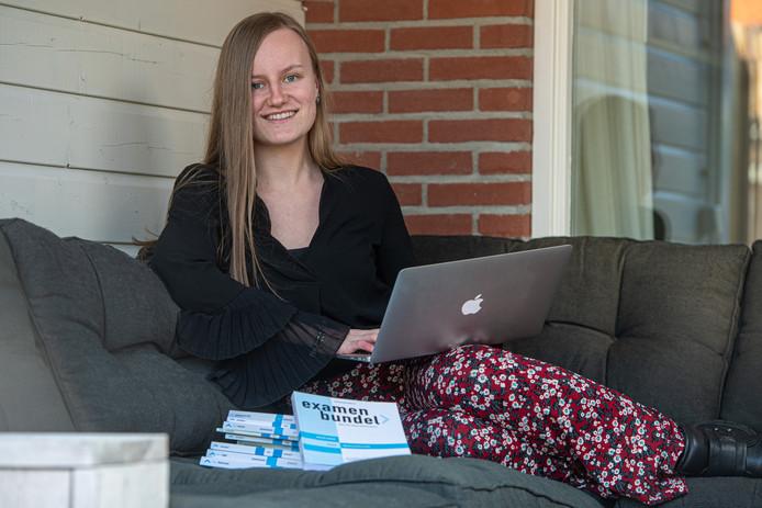 Gwenn Wildeman (17) uit Leusden vindt het niet leuk dat ze geen eindexamen meer hoeft te doen.