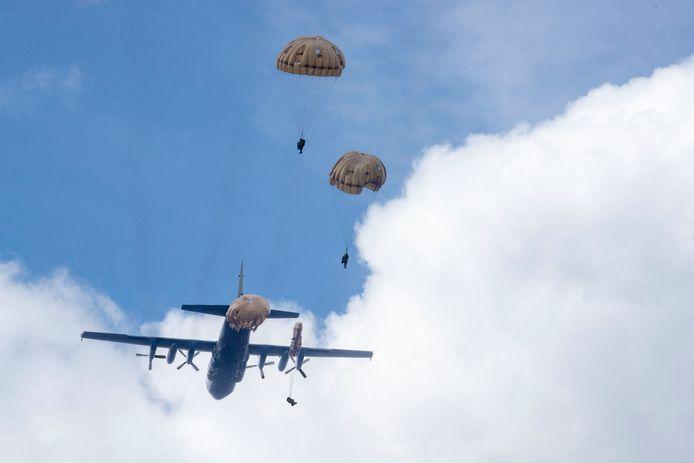 Paratroopers van de 11 Luchtmobiele Brigade springen hun missie tegemoet boven de Ginkelse Heide.