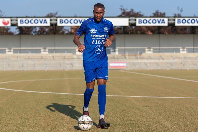 De Franse centrale middenvelder Dylan Botoko scoorde twee treffers voor Ronse, maar viel meteen na rust geblesseerd uit.