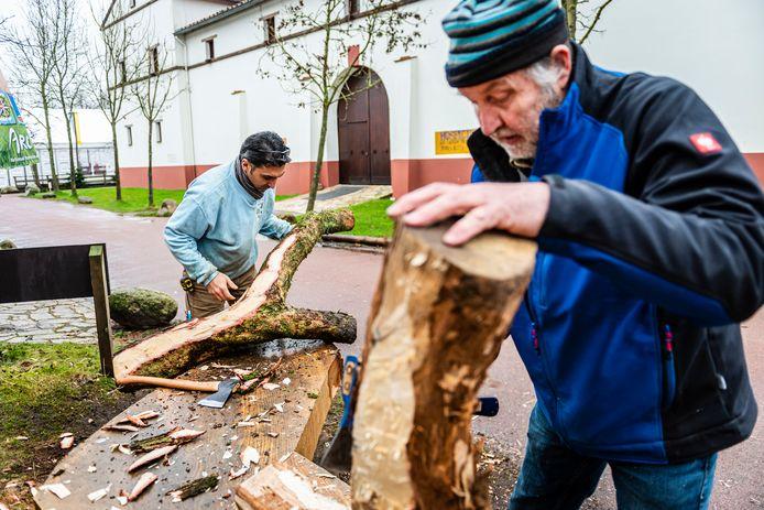 Historische Scheepsbouwer Wouter Schalk (voorgrond) en chef timmerman Abdulkader Shafiq hebben al vaker bijzonder hout gebruikt voor de reconstructie van de Romeinse schepen in Archeon.
