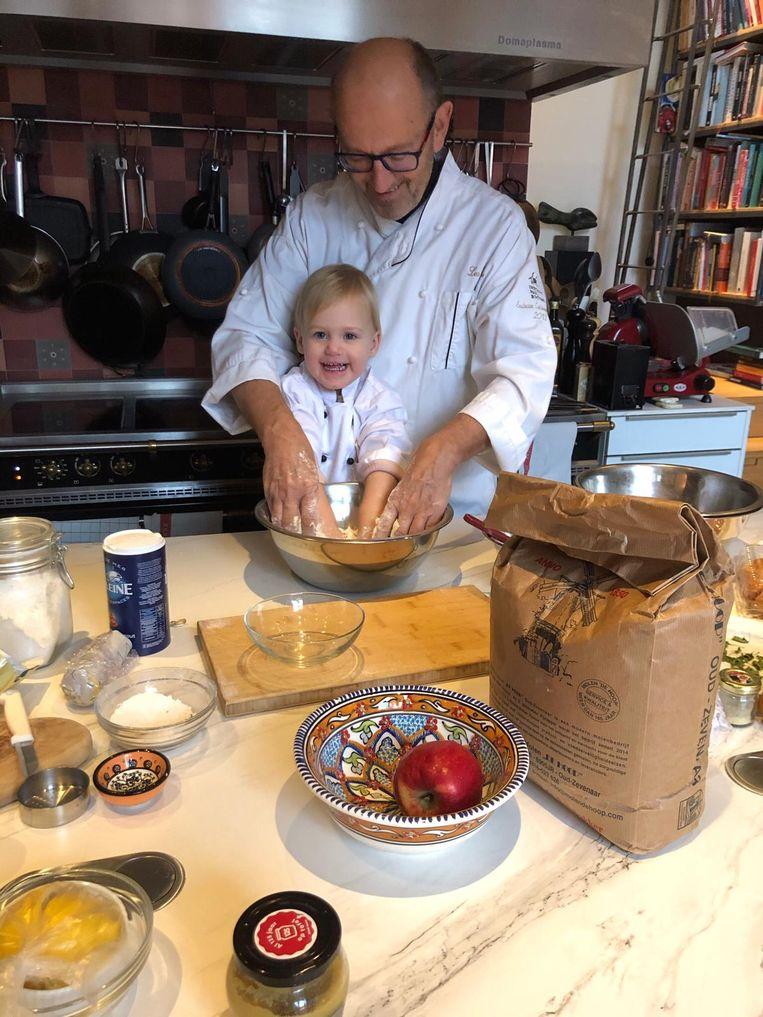 Leo Keijzer met kleindochter Eva (2). 'Ouders komen niet meer aan ontspannen toe.'  Beeld prive