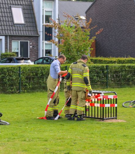Brandweer in actie voor jongen die met zijn voet vast zit in voetbaldoeltje