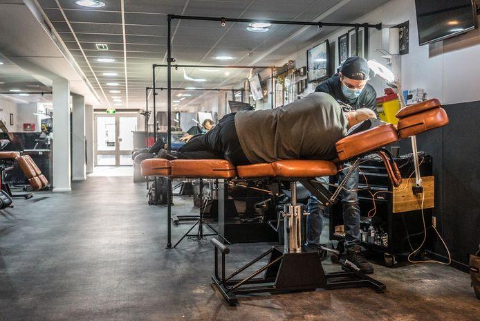 Bij Tattooshop Hook's ink op de Dorpsstraat zijn ze blij weer aan het werk zijn