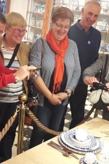 Twentenaren bewonderen nieuw 9-delige servies van koning