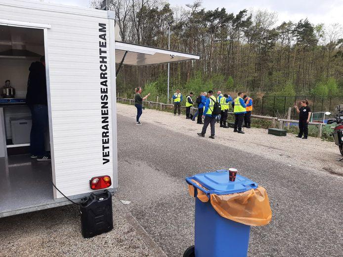 De politie is met het Veteranen Search Team in het bos bij Zeist een zoektocht naar de vermiste Kim Roording gestart.