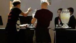 Engeland-ster Dele Alli krijgt het aan de stok met hotelpersoneel omdat ze hem peperdure upgrade weigeren. Althans, dat maakt deze buitenstaander ervan