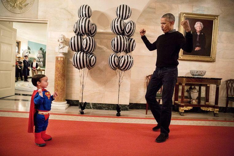Obama met Superman van dienst, Walker Earnest, de zoon van zijn perssecretaris Josh Earnest.  Beeld The White House / Pete Souza