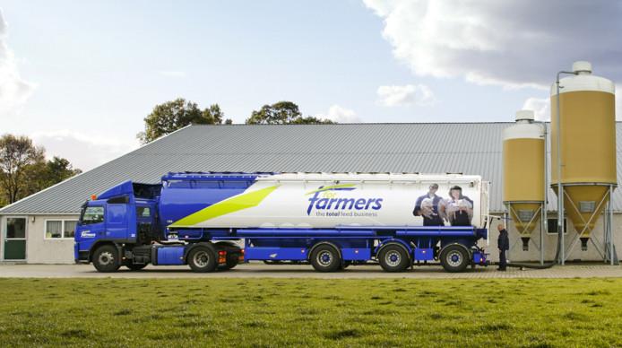 Een vrachtwagen met voer van ForFarmers is aan het lossen bij een boer.