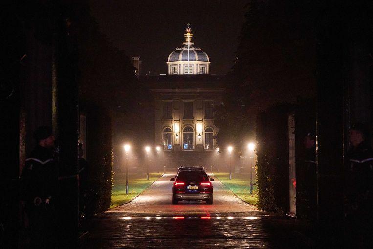 De koning en zijn gezin komen zaterdagavond terug op paleis Huis ten Bosch. Beeld ANP