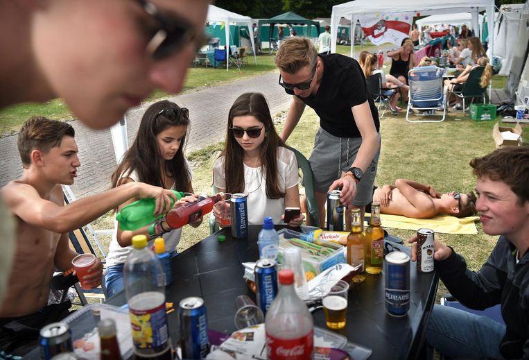 Jongeren drinken op jongerencamping Duin en Strand de van tevoren gehaalde alcohol. Beeld Marcel van den Bergh/de Volkskrant