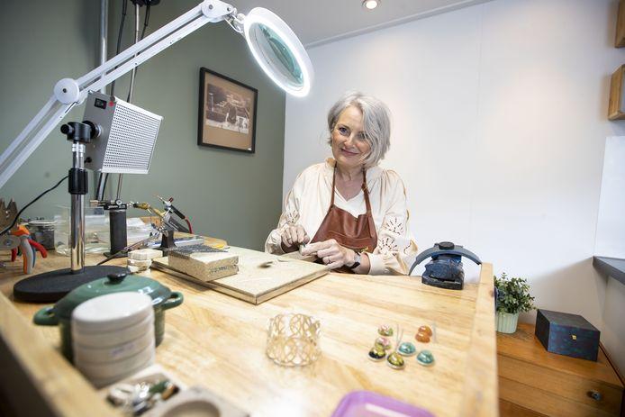 Annemiek van Hecke, goudsmid in opleiding, won de landelijke publieksprijs op de  Zilverdag 2021.