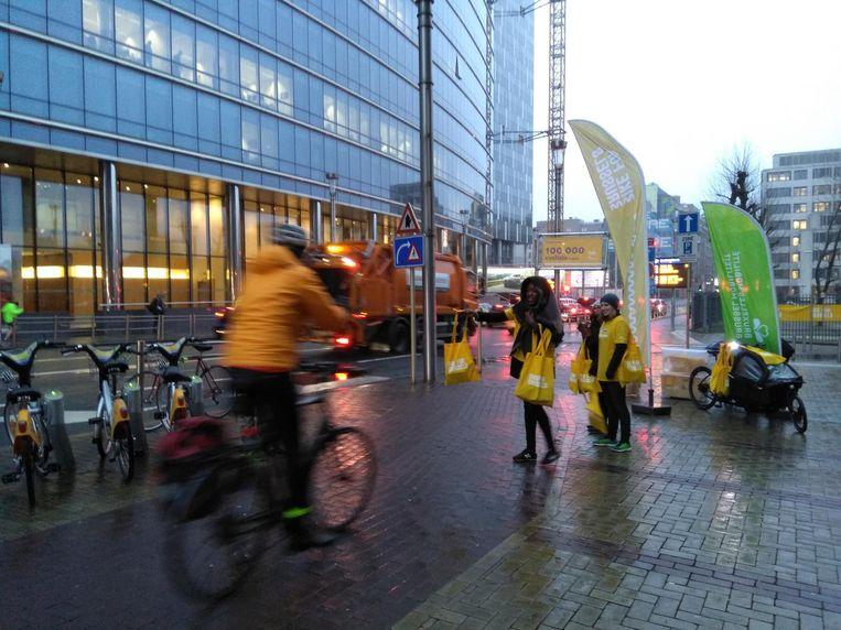 De eerste 100 fietsers kregen gisteren een goodiebag.
